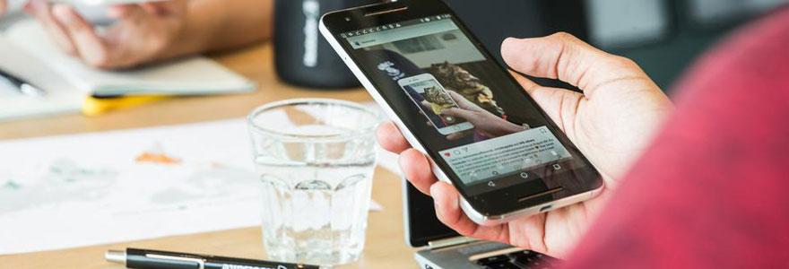 Smartphone tenu en main par une femme